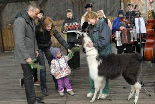 Raši s manželkou a dcérkou. Cez víkend mali program v zoo. Krstili jej nové prírastky.