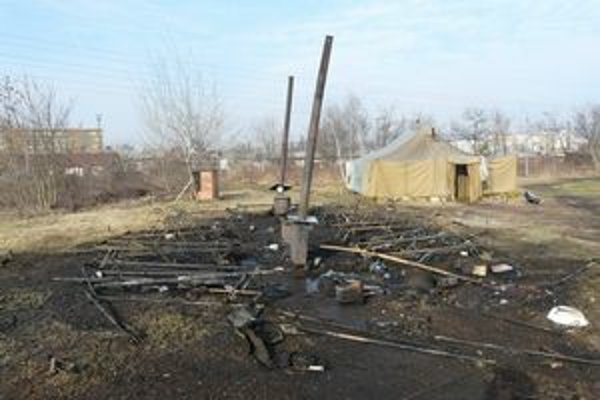 Po požiari. Zhorelo všetko, stan, ležadlá aj šatstvo.