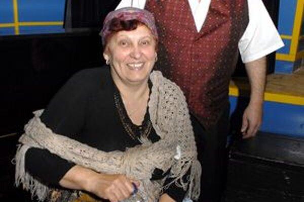 S manželkou. Pani Adamová pôsobí v divadle ako herečka.