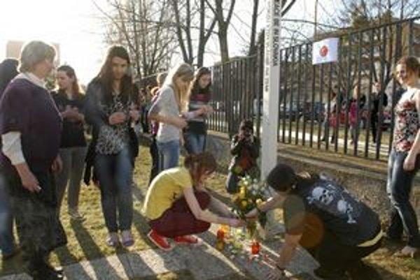 Študenti a pedagógovia si uctili obete a trpiacich v Japonsku.