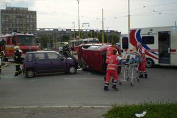 """Dopravná situácia na Festivalovom námestí patrí medzi najhoršie v Košiciach. Časté sú """"ťukesy"""", ale nezriedka aj vážnejšie zrážky áut. Neprehľadná križovatka je traumou aj pre chodcov."""
