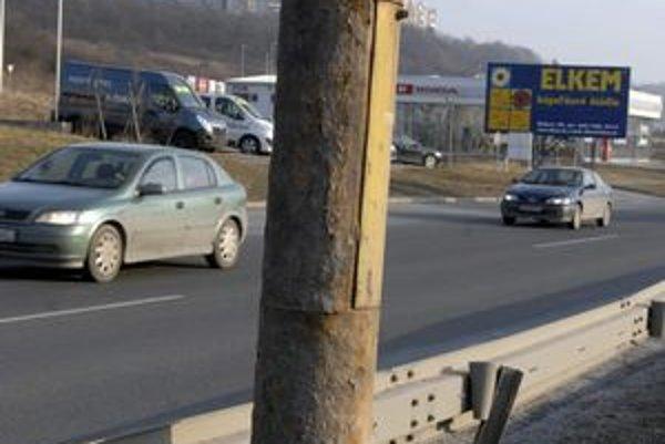Prešovská cesta. Stĺpy sú zhrdzavené v spodných častiach.