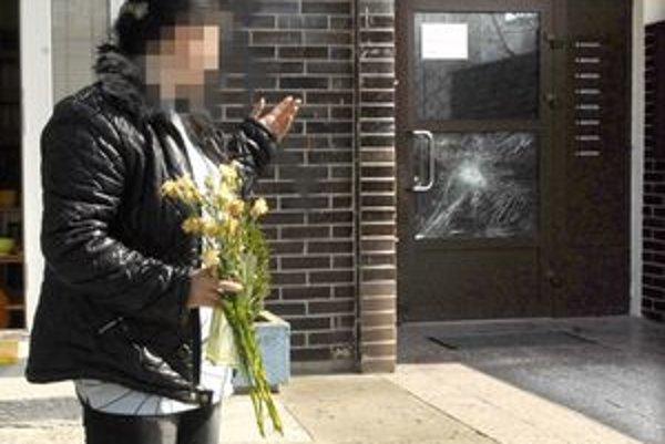 Stopy po vyčíňaní. Zurvalec v amoku pažbou zbrane rozbil sklo na vchodových dverách. Podľa susedy bol akoby mimo.