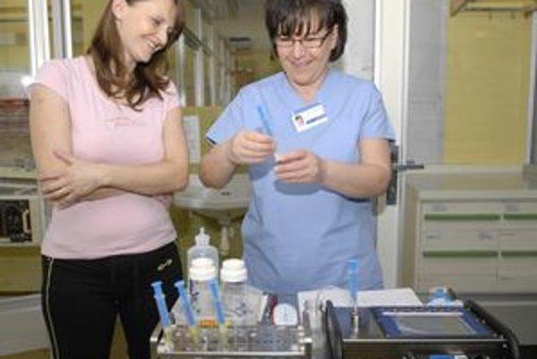 Záujem. Mamička Martina Oravcová (vľavo) si nechala testovať materské mlieko.