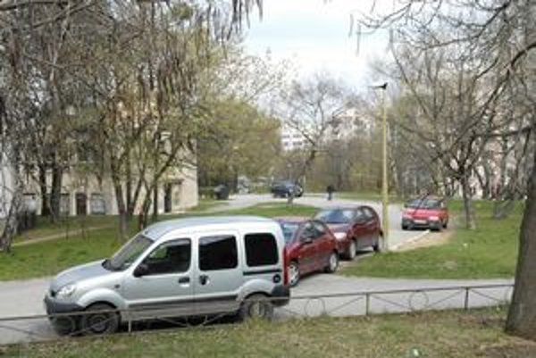 Rožňavská ulica. Aj tu by mali pribudnúť nové parkovacie miesta. Aj na úkor zelene, inak sa nedá.