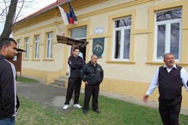 Starosta. Ivan Mižigár (vpravo) pred obecným úradom.