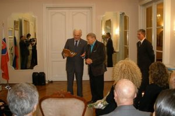 Čestné občianstvo mesta Košice si umelec (vpravo) osobne prevzal v piatok.