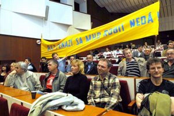 Asi 50 vodičov prišlo včera protestovať proti zníženiu peňazí pre DPMK.