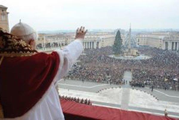 Hoci veriaci po celom svete oslavujú veľkonočné sviatky rôzne, pápež Benedikt XVI. z balkóna na námestí sv. Petra vo Vatikáne požehná všetkým rovnako (Urbi et Orbi).