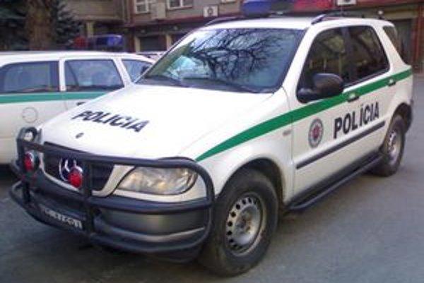 Policajný Mercedes ML. Chodec mu stál v ceste. Policajti potom voči nemu zakročili.