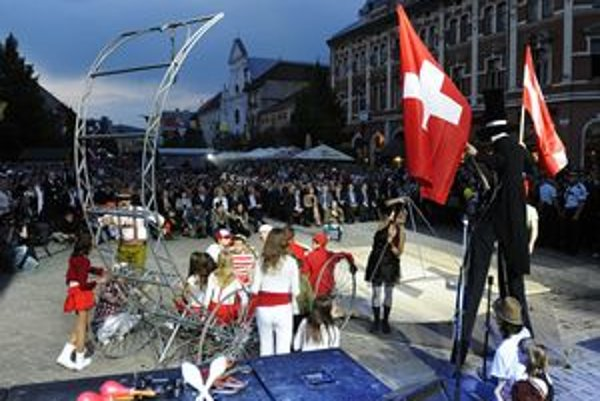 Na Hlavnej ulici v predvečer otvorenia hokejových MS 2011 predstavili tímy krajín hrajúcich šampionát v Košiciach umelci rôznych žánrov.