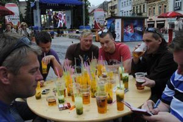 Ako v raji alkoholu. Skupinka švédskych fanúšikov sa cítila popoludní mimoriadne uvoľnene. Za sebou už mali niekoľko pív a kopu pohárov mojita. Všetko je pre nich u nás veľmi lacné.
