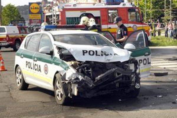 Policajná kia. Zranil sa v nej policajt.