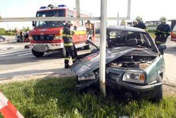 Nehoda. Podľa polície ju zavinil vodič tohto vozidla.