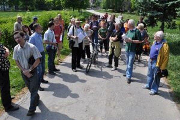 Nesúhlasia. Asi 30 ľudí si v sobotu prišlo pozrieť stromy v Mestskom parku.