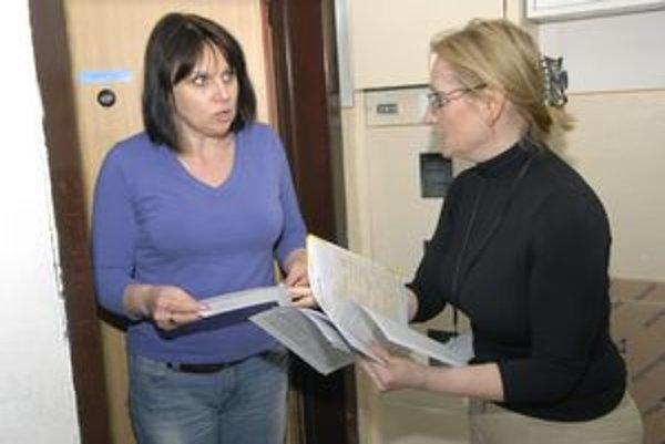 Sčítacia komisárka Janka Rajňáková odovzdáva hárky Ivete Gibovej.