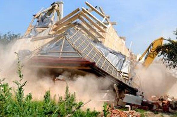 Búranie zničených domov v Nižnej Myšli.