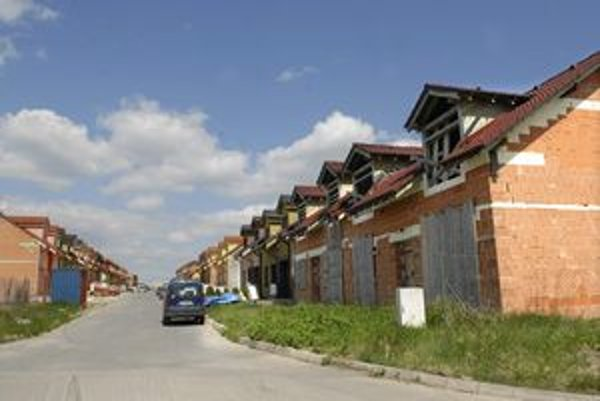 Lokalita Grot. Domy sú kvôli chýbajúcej infraštruktúre neskolaudované, majitelia platia vyššiu daň ako zo stavebného pozemku.