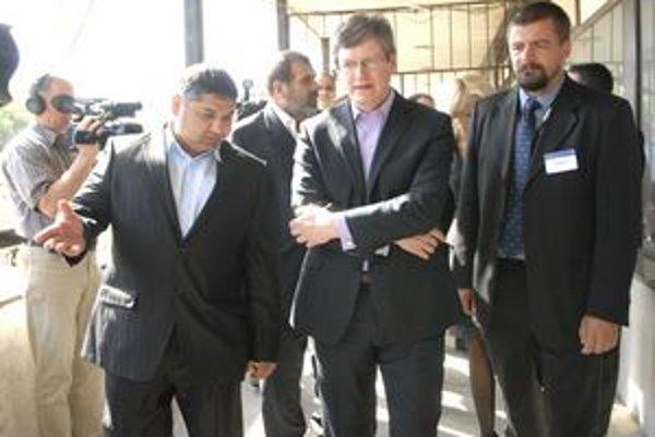 Starosta s eurokomisárom. László Andor (v strede) priznal, že Európska komisia nemá skúsenosti s riešením rovnakého problému ako košický Lunik IX.