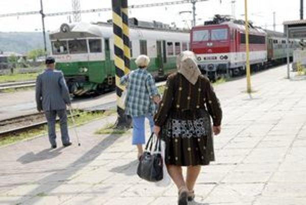 Cestujúci. Preprava vlakom môže byť dnes na hodinu problematická.