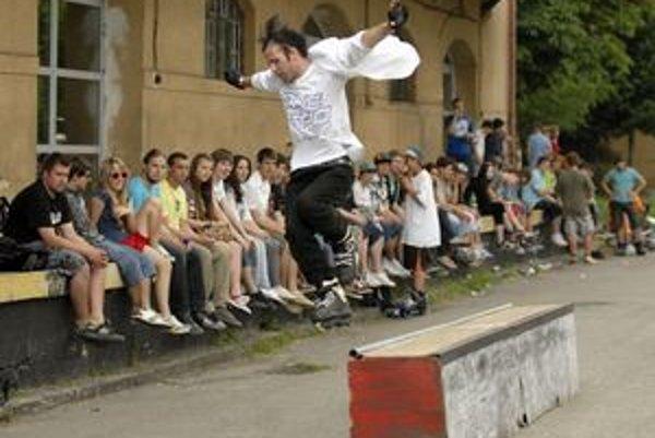 Lieta? Mestské športy sa u mladých ľudí tešia mimoriadnej obľube. To, že korčuľovanie sa neodohráva len na dokonalých chodníkoch, ale môže ísť o vážnu akrobaciu využívajúcu typické mestské objekty, ukázali talentovaní korčuliari. A čo gravitácia?!