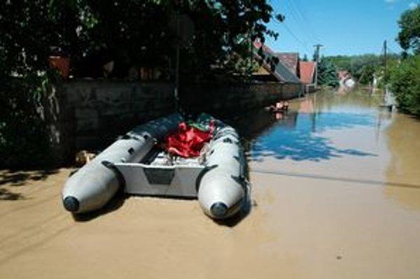 Pred rokom ľudí zachraňovali na člnoch.
