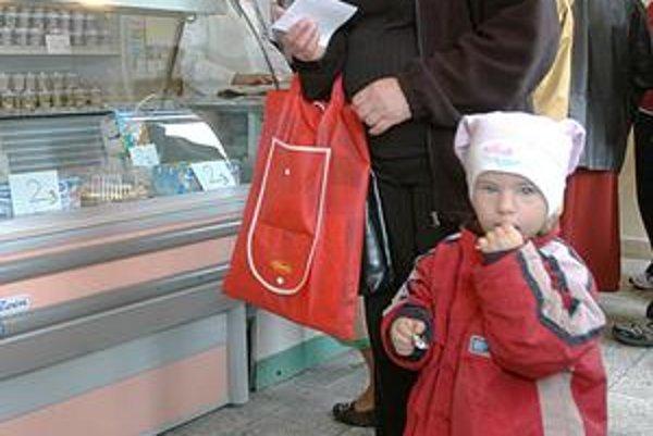 Sociálny supermarket. Monika Lapošová prišla na nákup s dcérkou Viktorkou.