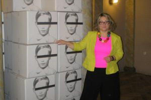 Riaditeľka VSG Lena Lešková predstavuje Andyho Warhola v podobe chlapca.