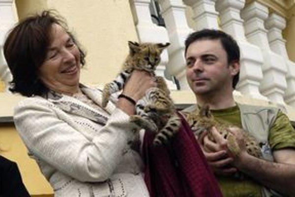 Erich Kočner pred časom pôsobil aj v zoo v českom meste Dvůr Králové nad Labem. Takto spolu s Líviou Klausovou krstili mláďatá servala.