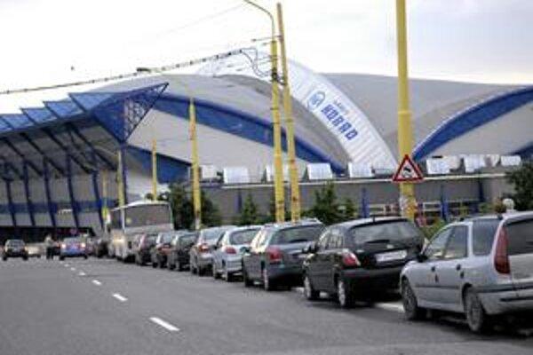 Steel Aréna. Od jej otvorenia v roku 2006 zápasí s problémami s parkovaním.