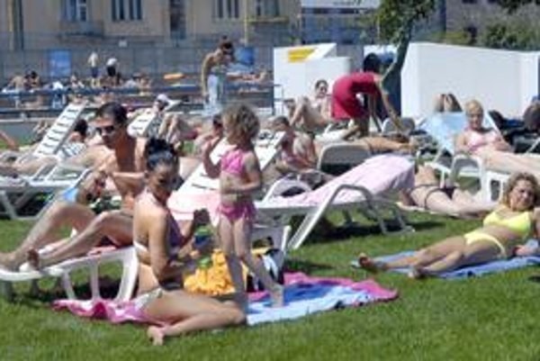 Mestskú plaváreň obliehajú návštevníci. Konečne nastal pravý čas na osvieženie.