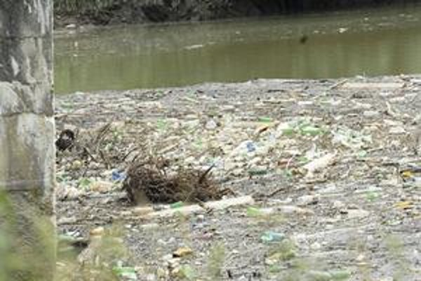 Hrádza z odpadu. Hrádzu na Ružíne zatarasili tony odpadu. Veľké upratovanie bude náročné. Zatiaľ všetko pláva na hladine.