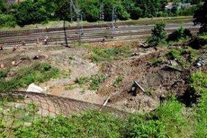 Zosunutý svah obmedzil železničnú dopravu, zničil časť cintorína a stále ohrozuje Malú Lodinu.
