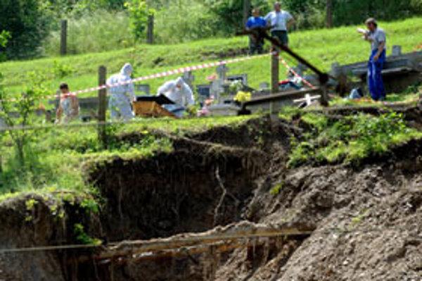 Na železničnú trať úseku Košice - Margecany sa čiastočne zosunul svah od cintorína v obci Malá Lodina.
