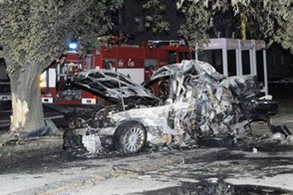 Oheň auto úplne zničil. Hasiči ani polícia preto neuviedli, o aký typ BMW išlo.