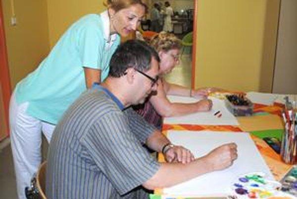 Pacienti v stacionári. Liečia sa aj maľovaním v nových priestoroch.