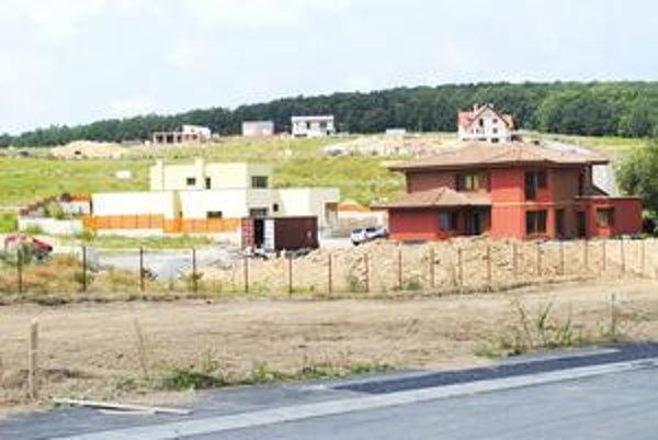 Vyšný Lorinčík. Má tam byť asi 160 domov, prvé už dokončujú, iné parcely ešte predávajú.