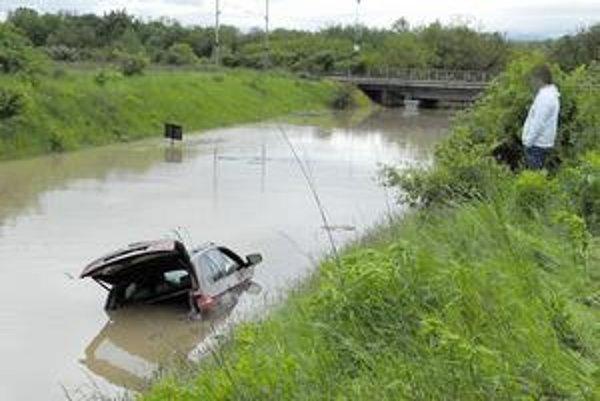 Nie je to rieka. Takto vyzerala počas povodní cesta pod mostom v Haniske. Vodič tohto terénneho auta sa prerátal, keď si myslel, že prepláve.