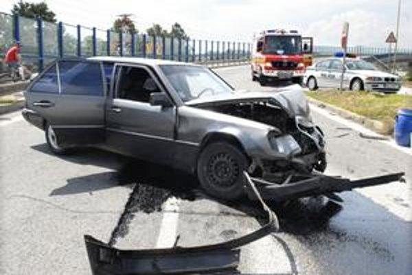 Rozbitý mercedes. Šoféra auta odviezla sanitka.