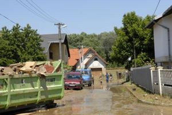 Zdoba. Patrí medzi povodňami najviac zasiahnuté obce. Koľko peňazí dovedna tam dostali ľudia a aj v ostatných obciach, nám na obvodnom úrade nevedeli povedať.