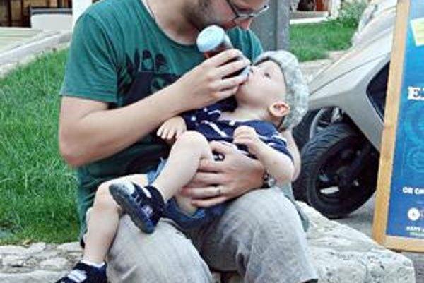 Šťastný otec so svojím synom Matejom.