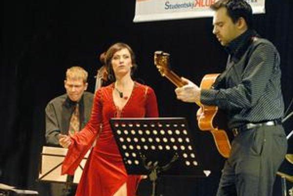 Hravý džez. Takto predstaví tento hudobný štýl speváčka a herečka Lucia Lužinská.