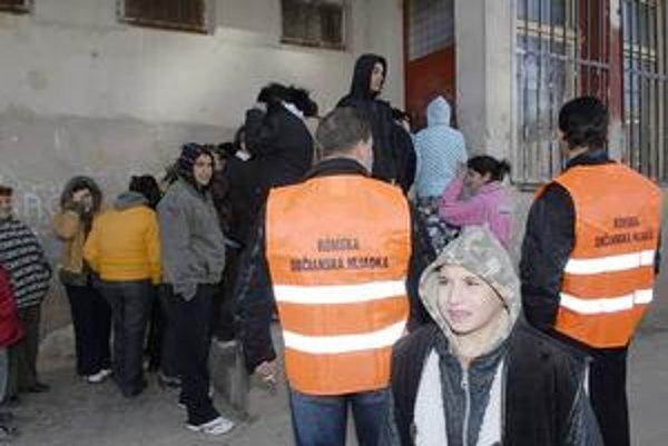 Rómske hliadky v teréne. Tamojší obyvatelia tvrdia, že brali peniaze zadarmo. Mestská polícia opak. Ak mesto nájde peniaze, budú pokračovať.