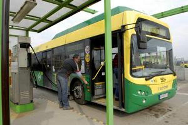 Plynofikované autobusy. Európska únia podporila mesto finančným príspevkom na 19 autobusov MHD jazdiacich na zemný plyn.