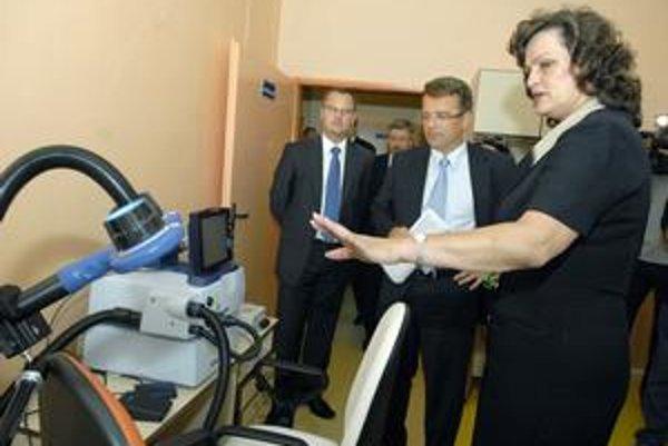 Prehliadka kliniky. Jej súčasťou bolo aj predstavenie unikátneho prístroja na liečbu psychických porúch. Otvorenia sa zúčastnil aj minister zdravotníctva Ivan Uhliarik (KDH).