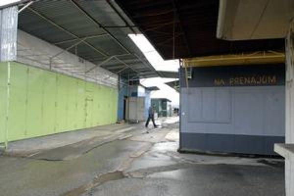 Väčšina stánkov je zatvorená, uličky zívajú prázdnotou.