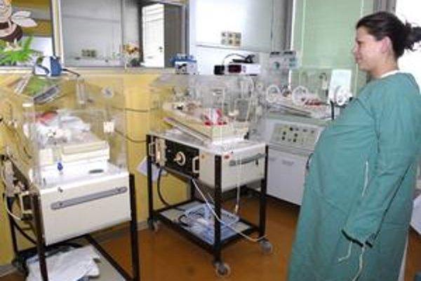 Trojlístok, Inkubátory sú očíslované podľa poradia, ako prišli bábätká na svet. Jednotku má Tamarka, dvojku Sárka a číslo tri Lejka. Hľadí na ne mamina.