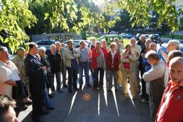 Stretnutie so starostom. Prišlo asi 40 občanov. Ani medzi sebou sa takmer na ničom nedohodli.