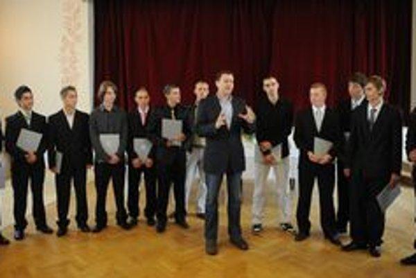 Daniel Lipšic s ocenenými dobrovoľníkmi.