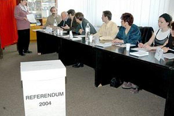 Ďalšie zbytočné referendum? Pri nateraz poslednom plebiscite v roku 2004 boli takmer po celý čas v prevahe nad hlasujúcimi členovia referendových komisií. Situácia by sa vraj mohla zopakovať aj teraz.
